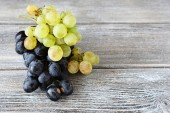Two varieties of Grapes on the boards — Stock Photo