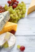 Gourmet cheeses with grapes — Foto de Stock