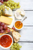 Gourmet cheeses with honey and jam — Foto de Stock