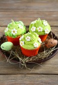 Easter cupcakes on hay — Stockfoto