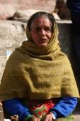 KATHMANDU, NEPAL-DECEMBER, 2009 - An unidentified nepalese woman doing their daily life duty along the street — Stock Photo