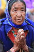 LEH, INDIA-MAY, 2012 - An unidentified tibetan old woman praying in a meeting session with his holiness the dala lama — Stock Photo