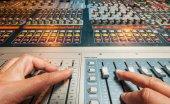смешивание в профессиональной студии звукозаписи. — Стоковое фото