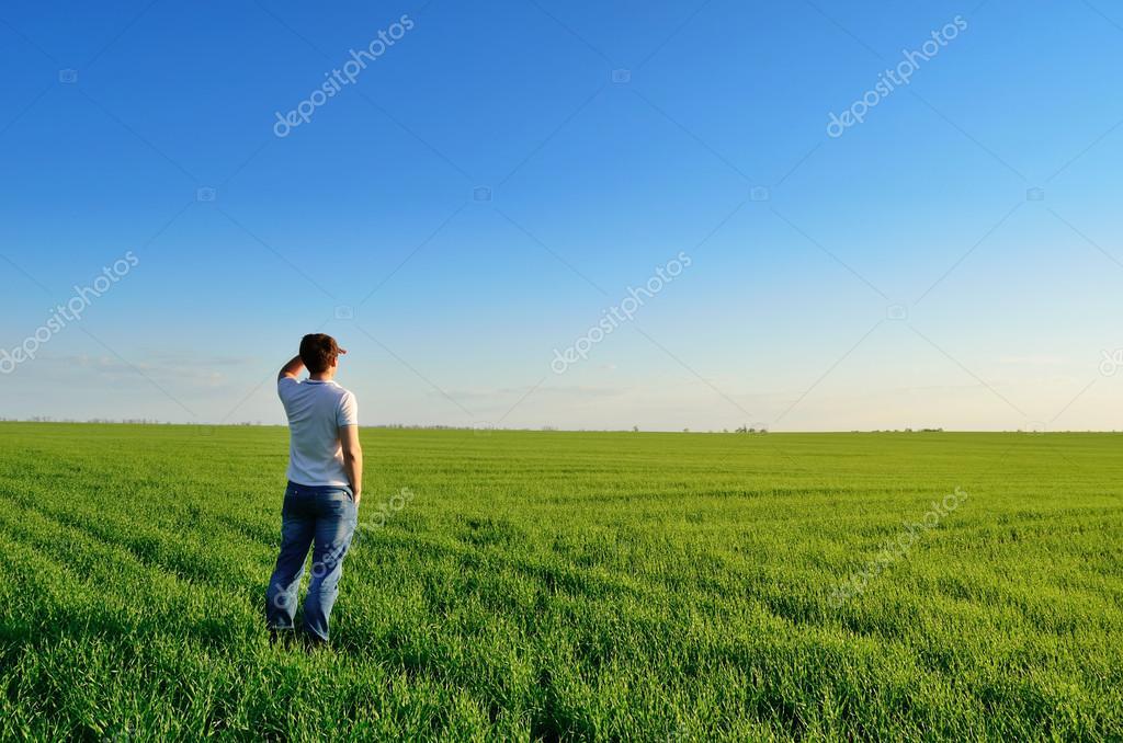 Фото человек в поле