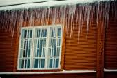 Snow, Icicles and Ice Dam on Roof and Gutter window — Stock Photo