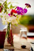 Sweet pea in vase at Banquet Table Setting With flower at Garden Patio restaurant — Foto de Stock