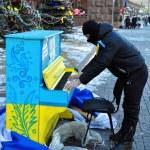 Постер, плакат: KIEV KYIV UKRAINE FEBRUARY 2 2014: revolutionary plays the piano in the middle of Khreschatyk