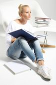 Woman reading a book — Stockfoto