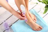 Female legs goals manual razor — Stock Photo