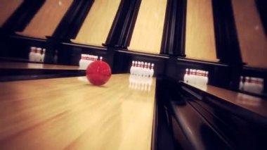 Centro commerciale di bowling rosso facendo uno sciopero in 10 perno bowling — Video Stock