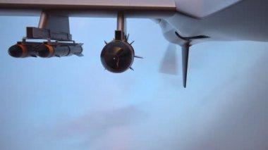 Drone Predator militaires battant pendant le coucher du soleil — Vidéo