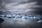 Glacial lagoon with icebergs floating, Iceland — Stock Photo