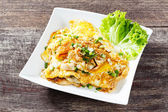 Stir fried fresh rice fat noodles with chicken and egg — Stock Photo