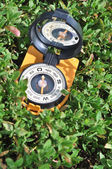 Kompas v trávě. — Stock fotografie