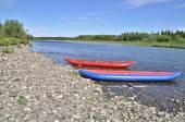 2 つのインフレータブル カヌー北の川の海岸に. — ストック写真