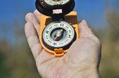 Kompas w ręku. — Zdjęcie stockowe