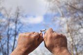 Gebrochene zigarette in der hand — Stockfoto