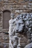 Statue of a lion and Michelangelo's David at the Loggia dei Lanzi in Piazza della Signoria in Florence Tuscany — Stock Photo