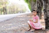 Kind-Porträt mit roten Kleid sitzen am Boden — Stockfoto