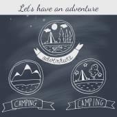Set van doodle camping badges op blackboard — Stockvector