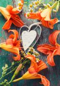 Decorative heart and fresh flowers — Стоковое фото