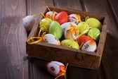 Uova colorate di pasqua nella casella — Foto Stock
