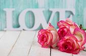 Kartpostal zarif çiçek ve kelime aşk ile — Stok fotoğraf