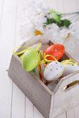 Ovos de Páscoa em caixa de madeira — Fotografia Stock