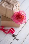 Linda flor rosa na caixa com presentes — Fotografia Stock
