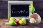 Board with word Easter and easter eggs — Stock Photo