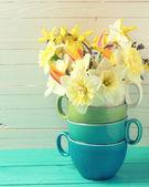 Gula påskliljor blommor i vas — Stockfoto