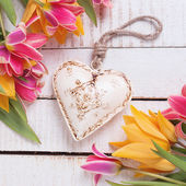 Background with fresh tulips and heart — Stockfoto