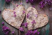 Pocztówka z ozdobny serca i kwiaty bzu — Zdjęcie stockowe