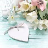 Tle ze świeżych kwiatów, serce i świece — Zdjęcie stockowe