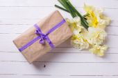 Gift box and flowers — Stock Photo