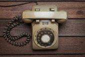 ретро телефон на старый деревянный стол — Стоковое фото