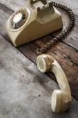 在旧的木桌上的老式电话 — 图库照片