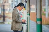 Hombre japonés espera un tren en Kyoto — Foto de Stock