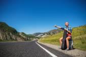 Girl hitchhiking — Stock Photo