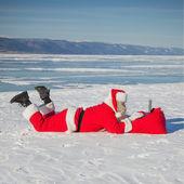 Noel Baba kar, yalan laptop Haberler arıyorsunuz — Stok fotoğraf