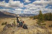 Glücklich Tourist Mädchen auf dem Berg — Stockfoto