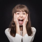 Portrait of young girl very emotionally responsive to surprise — Stock Photo