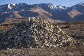 Pile of stones on a background of mountains — ストック写真