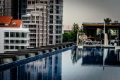 Rooftop infinity pool with deck chair at Clarke Quay Singapore — Stock Photo