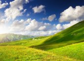 Green hills and cloudy sky — Stock Photo
