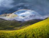 Rainbow in mountain valley — Fotografia Stock