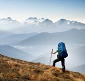 Tourist on mountain hill — Stockfoto
