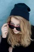 Cool teenager wtih wool hat and sunglasses — Foto de Stock