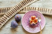 Ripe figs : cross section and whole fruits — Stock Photo