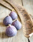Ripe figs on the wooden table — Stock Photo